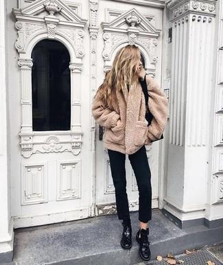 Как и с чем носить: светло-коричневое флисовое пальто, черные джинсы, черные кожаные ботинки на шнуровке, черная кожаная большая сумка