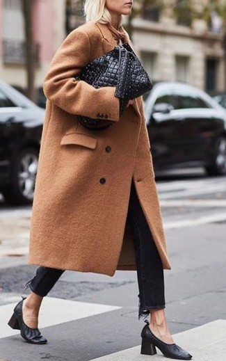 Как и с чем носить: светло-коричневое пальто, черные джинсы, черные кожаные туфли, черная кожаная стеганая большая сумка