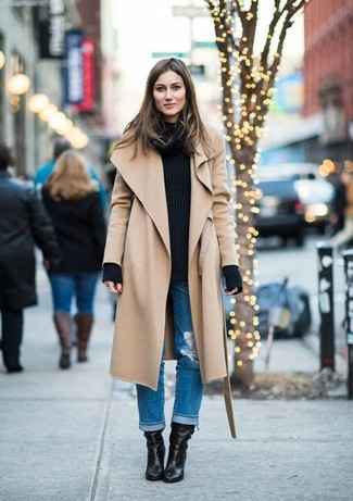 Как и с чем носить: светло-коричневое пальто, черный вязаный свитер, синие рваные джинсы-бойфренды, черные кожаные ботильоны