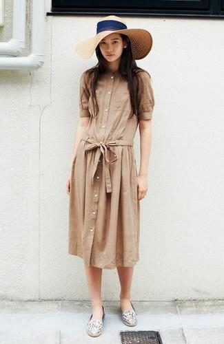 Как и с чем носить: светло-коричневое платье-рубашка, белые кожаные эспадрильи с принтом, бежевая соломенная шляпа