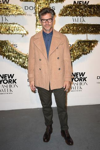 Как одеваться мужчине за 50: Светло-коричневое полупальто и темно-зеленые брюки карго — великолепный вариант для приверженцев стиля smart casual. Темно-коричневые кожаные повседневные ботинки становятся отличным дополнением к твоему образу.