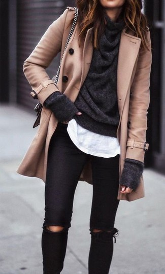 Как и с чем носить: светло-коричневое полупальто, темно-серый свитер с хомутом, белая футболка с круглым вырезом, черные рваные джинсы скинни