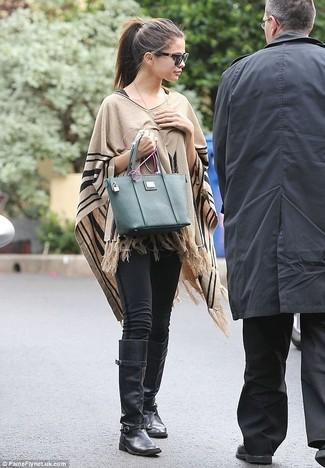 Как Selena Gomez носит Светло-коричневое пончо, Черные леггинсы, Черные кожаные сапоги, Темно-зеленая кожаная большая сумка