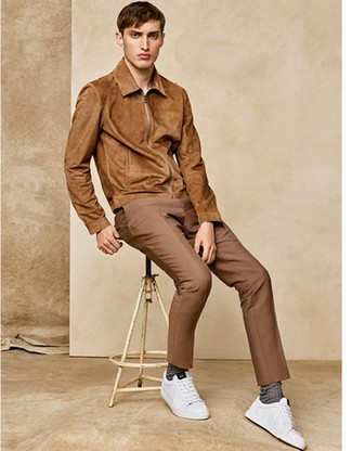 Как и с чем носить: светло-коричневый замшевый бомбер, светло-коричневые классические брюки, белые кожаные низкие кеды, коричневые носки