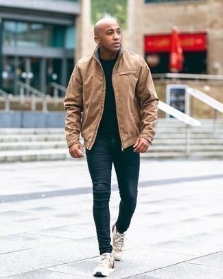 Мужские луки: Несмотря на то, что это достаточно легкий ансамбль, дуэт светло-коричневого бомбера и темно-синих зауженных джинсов приходится по душе джентльменам, неизбежно покоряя при этом дамские сердца. Дополни образ бежевыми кроссовками, если боишься, что он получится слишком вычурным.