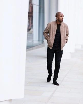 Мужские луки: Сочетание светло-коричневого замшевого бомбера и черных джинсов продолжает импонировать стильным парням. Черные замшевые ботинки дезерты идеально впишутся в ансамбль.