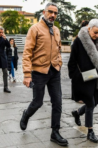 Как и с чем носить: светло-коричневый кожаный бомбер, черные зауженные джинсы, черные кожаные повседневные ботинки, черно-белая бандана