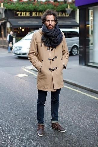 Как и с чем носить: светло-коричневый дафлкот, темно-синие зауженные джинсы, темно-коричневые кожаные топсайдеры, темно-синий шарф в шотландскую клетку