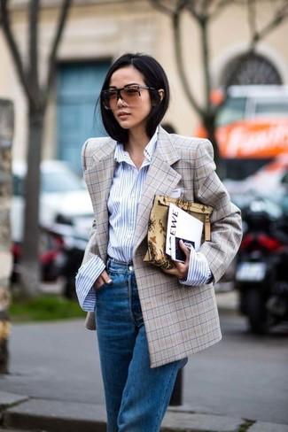 Как и с чем носить: светло-коричневый двубортный пиджак в клетку, голубая классическая рубашка в вертикальную полоску, синие джинсы-бойфренды