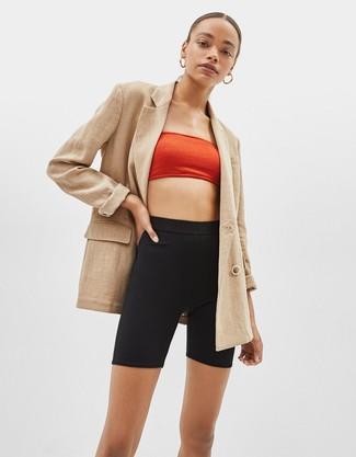 Как и с чем носить: светло-коричневый двубортный пиджак, красный укороченный топ, черные велосипедки, золотые серьги