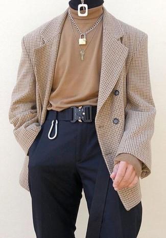 Как и с чем носить: светло-коричневый двубортный пиджак в клетку, светло-коричневая водолазка, черные классические брюки, черный ремень из плотной ткани