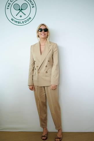 Как и с чем носить: светло-коричневый двубортный пиджак, светло-коричневые брюки-галифе, темно-коричневые кожаные сандалии на плоской подошве, черные солнцезащитные очки