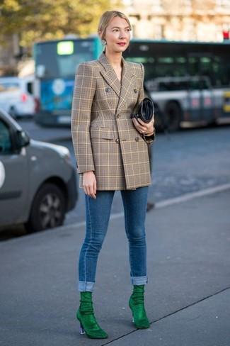 Как и с чем носить: светло-коричневый двубортный пиджак в клетку, синие джинсы скинни, зеленые замшевые ботильоны, черный кожаный клатч
