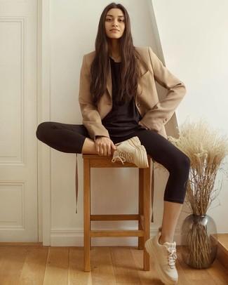 Как и с чем носить: светло-коричневый двубортный пиджак, черная футболка с круглым вырезом, черные леггинсы, бежевые кроссовки