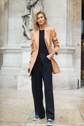 Как и с чем носить: светло-коричневый двубортный пиджак, черная футболка с круглым вырезом, черные широкие брюки, серебряные кожаные лоферы