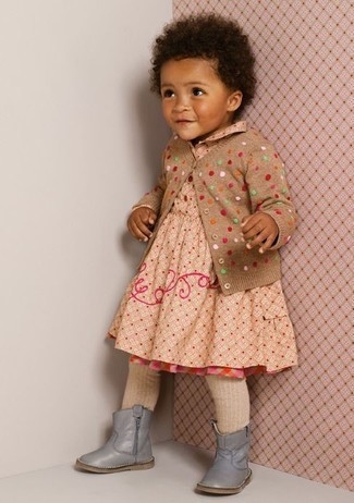 Как и с чем носить: светло-коричневый кардиган в горошек, бежевое платье в горошек, серые ботинки, бежевые колготки