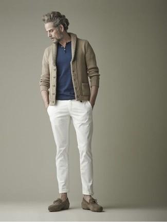 Как и с чем носить: светло-коричневый кардиган с отложным воротником, темно-синяя футболка на пуговицах, белые брюки чинос, оливковые замшевые лоферы с кисточками