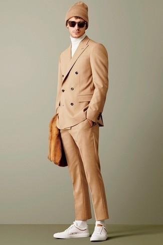 Как и с чем носить: светло-коричневый костюм, белая водолазка, белые низкие кеды, светло-коричневая шапка