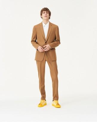 Как и с чем носить: светло-коричневый костюм, белая классическая рубашка, желтые кожаные низкие кеды, черные носки
