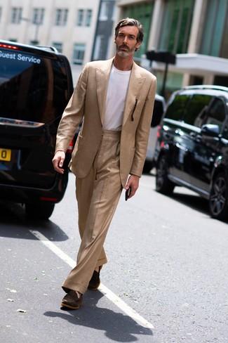 Как и с чем носить: светло-коричневый костюм, белая футболка с круглым вырезом, темно-коричневые замшевые лоферы