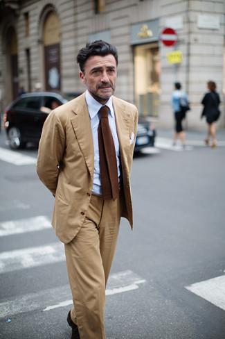 Как и с чем носить: светло-коричневый костюм, голубая классическая рубашка, коричневый вязаный галстук, белый нагрудный платок