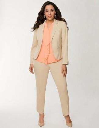 Как и с чем носить: светло-коричневый костюм, оранжевый шелковый топ без рукавов, светло-коричневые кожаные туфли