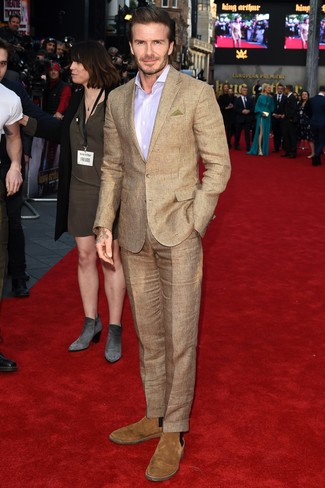 Как и с чем носить: светло-коричневый костюм в клетку, светло-фиолетовая классическая рубашка, светло-коричневые замшевые ботинки челси, оливковый нагрудный платок
