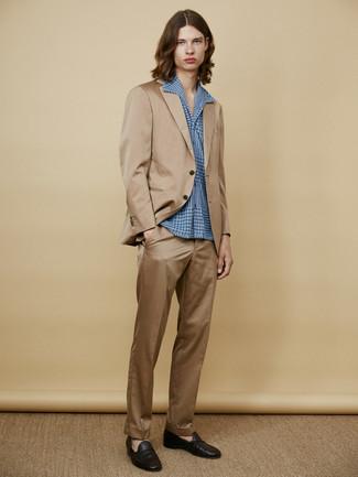Как и с чем носить: светло-коричневый костюм, синяя рубашка с длинным рукавом, черные кожаные лоферы