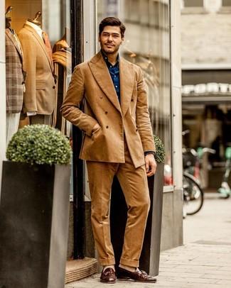 Как и с чем носить: светло-коричневый вельветовый костюм, темно-синяя рубашка с длинным рукавом, коричневые кожаные лоферы с кисточками, бежевые носки