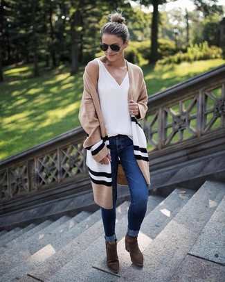 Как и с чем носить: светло-коричневый открытый кардиган в горизонтальную полоску, белая майка, темно-синие джинсы скинни, оливковые замшевые ботильоны