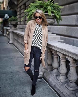 Как и с чем носить: светло-коричневый открытый кардиган, бело-черная футболка с длинным рукавом в горизонтальную полоску, темно-серые рваные джинсы скинни, черные замшевые ботильоны