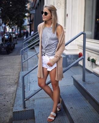 Как и с чем носить: светло-коричневый открытый кардиган, серая майка, белые джинсовые рваные шорты, бежевые кожаные сандалии на плоской подошве