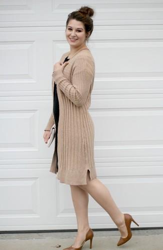 Белый кожаный клатч: с чем носить и как сочетать: Светло-коричневый открытый кардиган и белый кожаный клатч — превосходное решение для девчонок, которые постоянно в движении. Коричневые кожаные туфли — великолепный выбор, чтобы закончить лук.