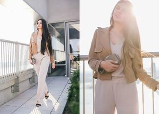 Как и с чем носить: светло-коричневый пиджак, бежевый комбинезон, черные кожаные босоножки на каблуке, золотой клатч