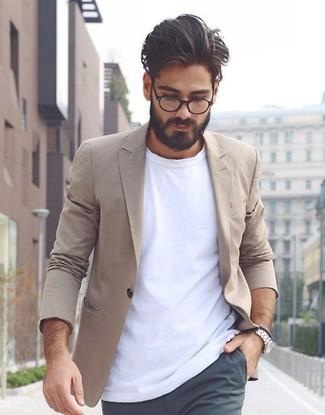 Как и с чем носить: светло-коричневый хлопковый пиджак, белая футболка с круглым вырезом, темно-серые брюки чинос, серебряные часы