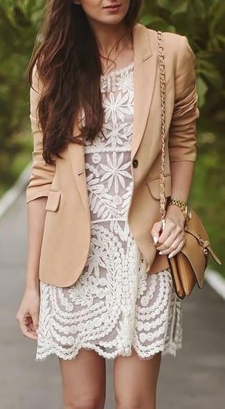 Как и с чем носить: светло-коричневый пиджак, белое кружевное платье-футляр, светло-коричневая кожаная сумка через плечо, золотые часы