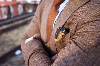 """Как и с чем носить: светло-коричневый шерстяной пиджак с узором """"в ёлочку"""", голубая классическая рубашка, коричневый шерстяной галстук, желтый шелковый нагрудный платок с цветочным принтом"""