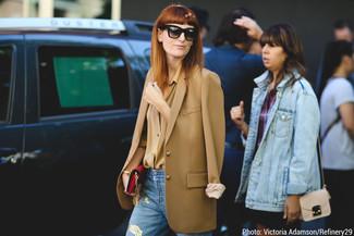 Как и с чем носить: светло-коричневый пиджак, светло-коричневая классическая рубашка, голубые рваные джинсы, красный кожаный клатч