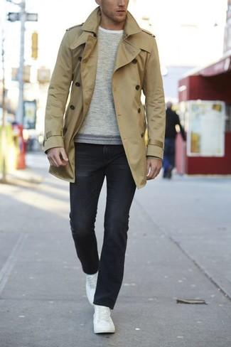 Модный лук: светло-коричневый плащ, бежевый свитер с круглым вырезом, черные джинсы, белые кожаные низкие кеды