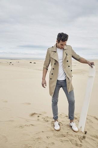 Модный лук: светло-коричневый плащ, белая футболка с круглым вырезом, серые брюки чинос, белые низкие кеды