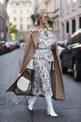 Как и с чем носить: светло-коричневый плащ, белое платье-миди с цветочным принтом, белые кожаные полусапоги, белая кожаная сумка через плечо