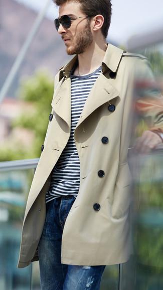 Модный лук: светло-коричневый плащ, бело-темно-синяя футболка с круглым вырезом в горизонтальную полоску, синие джинсы