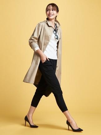 Как и с чем носить: светло-коричневый плащ, бело-черный свитер с v-образным вырезом, черные узкие брюки, черные кожаные туфли