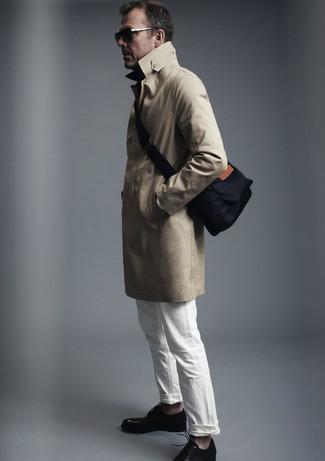 Как и с чем носить: светло-коричневый плащ, белые джинсы, черные кожаные туфли дерби, темно-синяя сумка почтальона из плотной ткани
