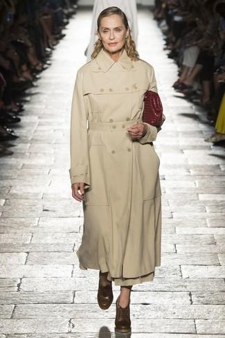 Как и с чем носить: светло-коричневый плащ, коричневые кожаные ботильоны на шнуровке, темно-красный кожаный клатч