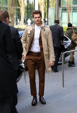 Как Andrew Garfield носит Светло-коричневый плащ, Коричневый костюм, Белая классическая рубашка, Темно-красные кожаные оксфорды