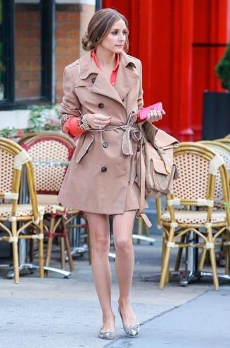 Как Olivia Palermo носит Светло-коричневый плащ, Оранжевое платье-рубашка, Серые кожаные балетки со змеиным рисунком, Светло-коричневый кожаный рюкзак