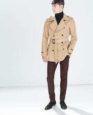 Модный лук: светло-коричневый плащ, черная водолазка, темно-красные джинсы, черные замшевые ботинки челси