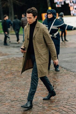 Как и с чем носить: светло-коричневый плащ в шотландскую клетку, черная водолазка, темно-серые шерстяные классические брюки, черные кожаные ботинки челси