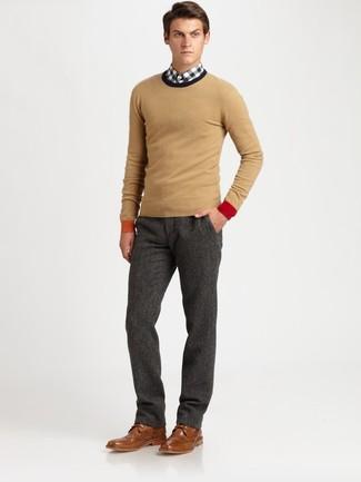 Как и с чем носить: светло-коричневый свитер с круглым вырезом, бело-черная рубашка с длинным рукавом в мелкую клетку, темно-серые шерстяные классические брюки, коричневые кожаные броги